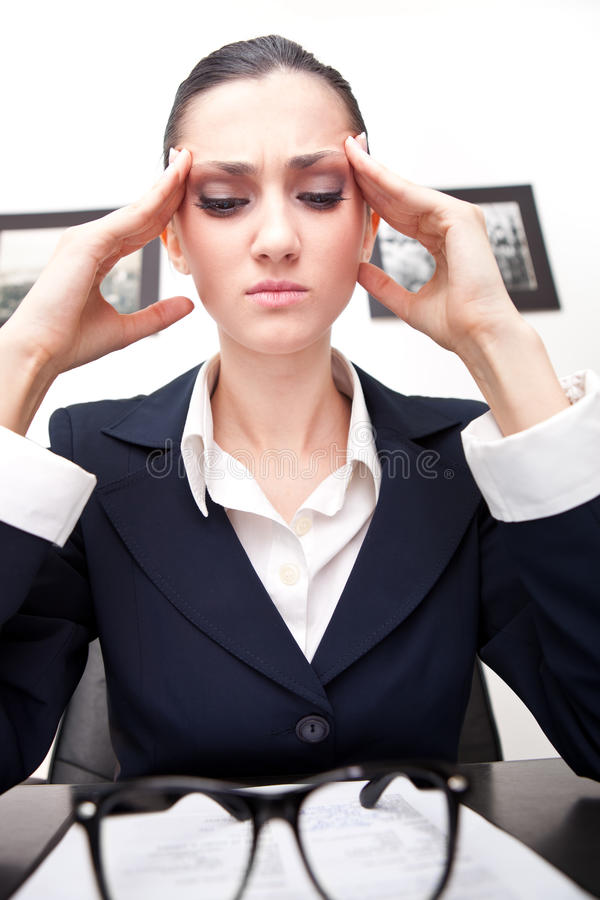 Frauenholding ihr Kopf stockbilder