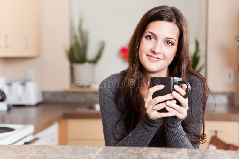 Frauenholding-Kaffeetasse lizenzfreies stockfoto