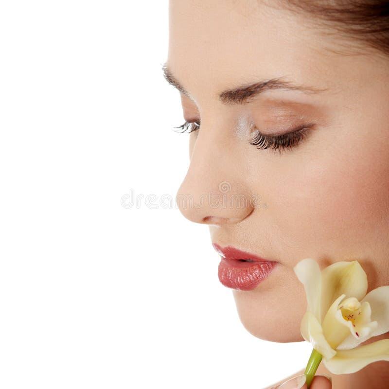 Frauenholding-Orchideeblume lizenzfreie stockbilder