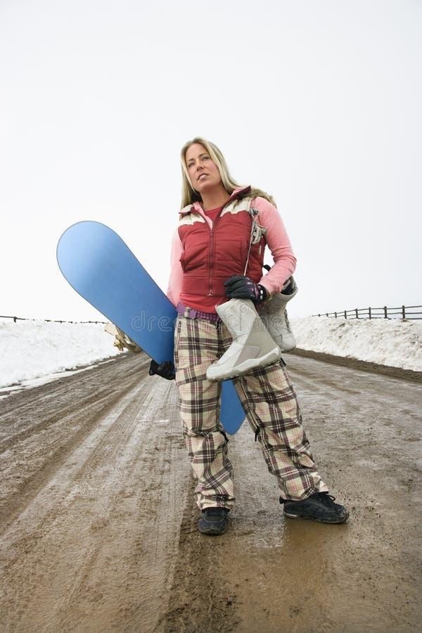 Frauenholding Snowboard. lizenzfreie stockbilder