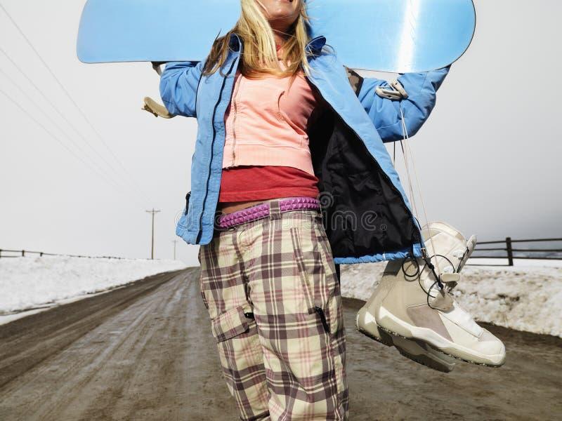 Frauenholding Snowboard. stockfoto
