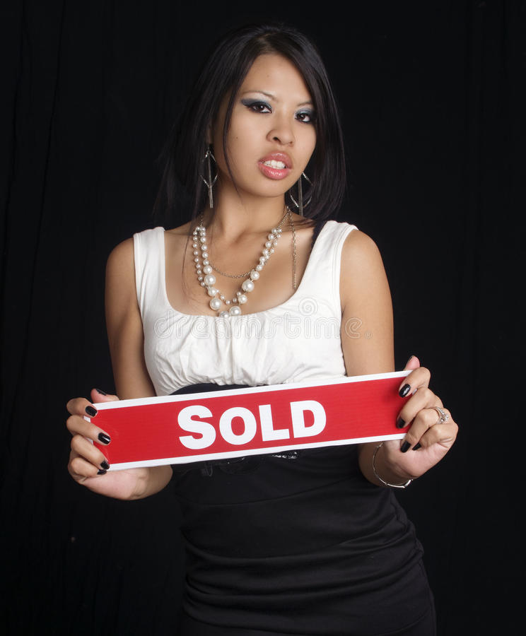Frauenholding verkaufte Zeichen lizenzfreie stockbilder