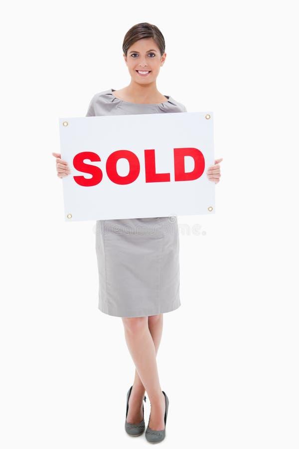 Frauenholding verkaufte Zeichen lizenzfreie stockfotografie
