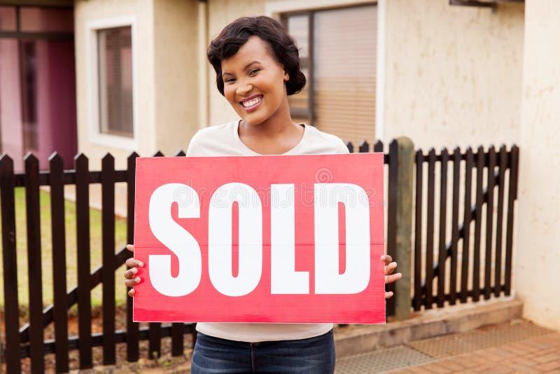 Frauenholding verkaufte Zeichen stockfoto