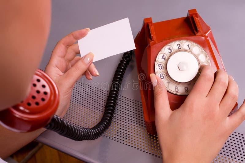 Frauenholding-Visitenkarte und -c$wählen stockbild