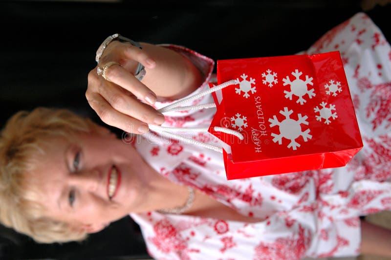 Frauenholding Weihnachtsbeutel lizenzfreie stockbilder