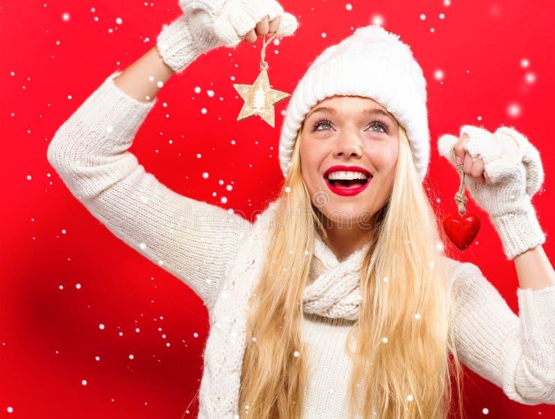 Frauenholding Weihnachtsverzierung stockbilder