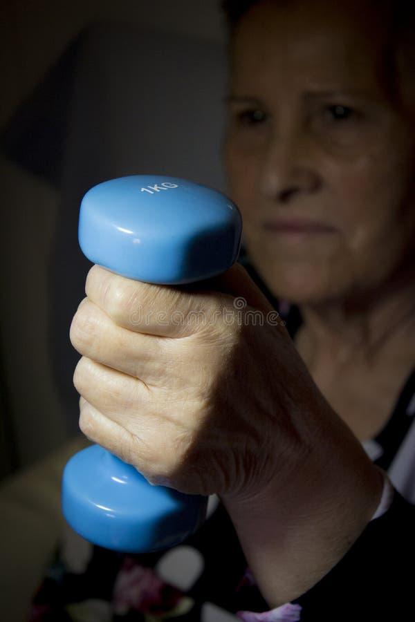 Frauenholding wiegt ein Kilogramm lizenzfreies stockbild