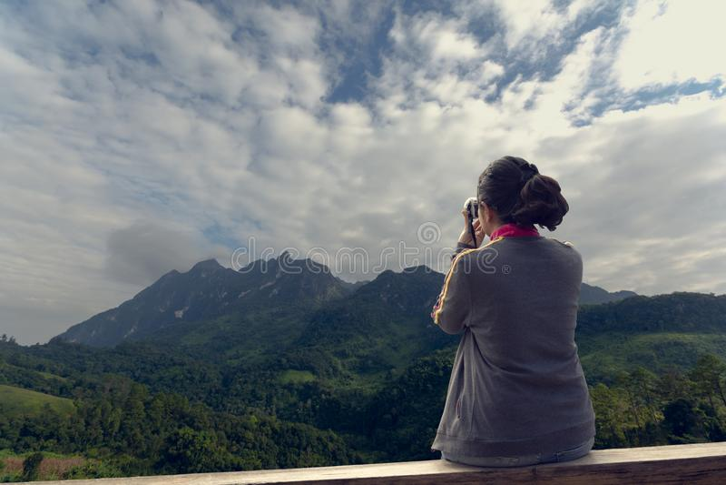 Frauenholdingkamera zum Machen des Fotos lizenzfreies stockfoto
