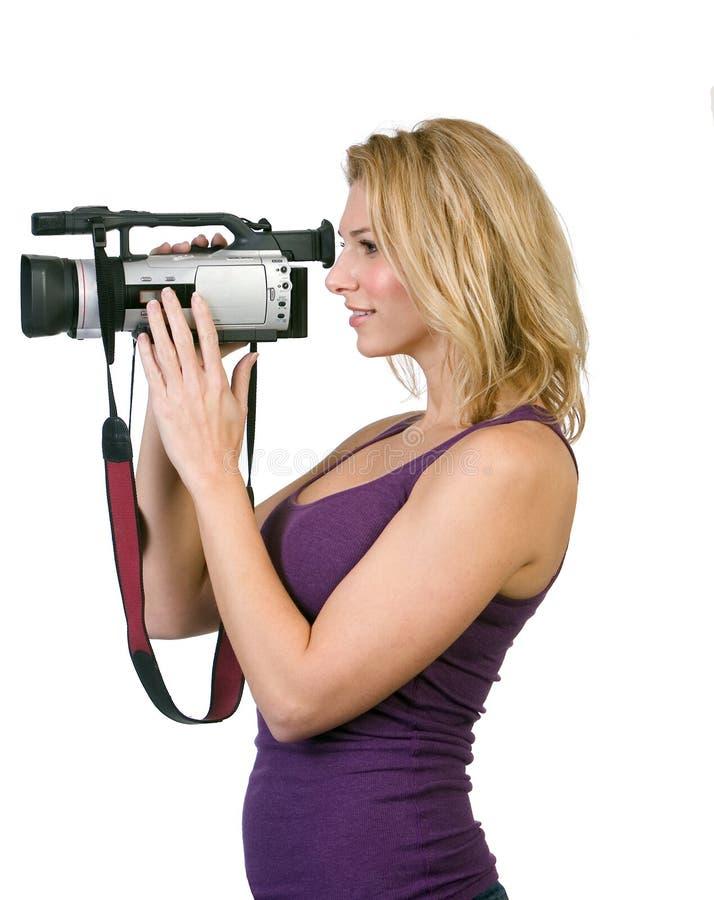Frauenholdingkamerarecorder lizenzfreie stockbilder