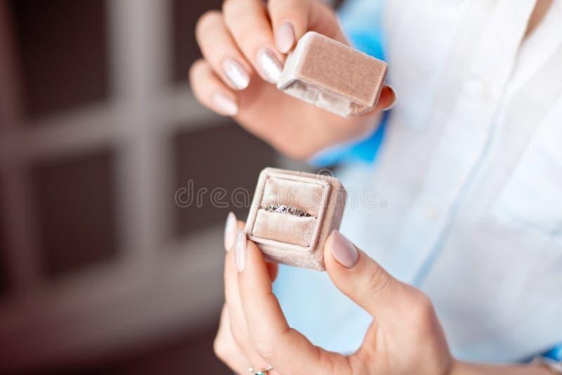 - Frauenholdingkasten mit Luxusring auf dem Fensterhintergrund, Nahaufnahme stockfotos