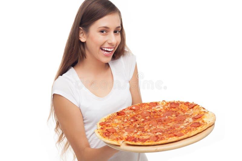 Frauenholdingpizza stockbild