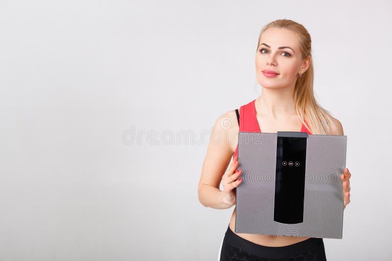 Frauenholdingskalen in den Händen stockbilder