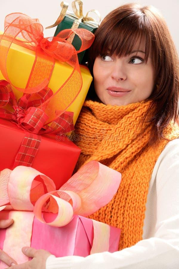 Frauenholdingstapel der Geschenke stockfoto