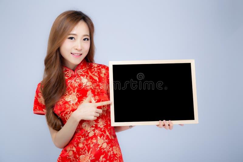 Frauenholdingtafel oder -tafel des glücklichen Porträts des Chinesischen Neujahrsfests schönen junge asiatische lokalisiert auf w stockbilder