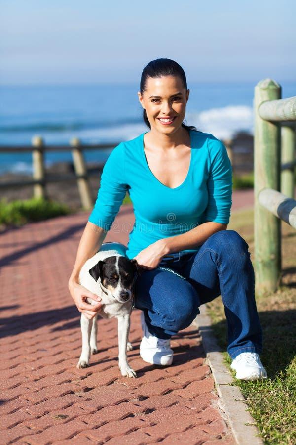 Frauenhundestrand lizenzfreies stockbild