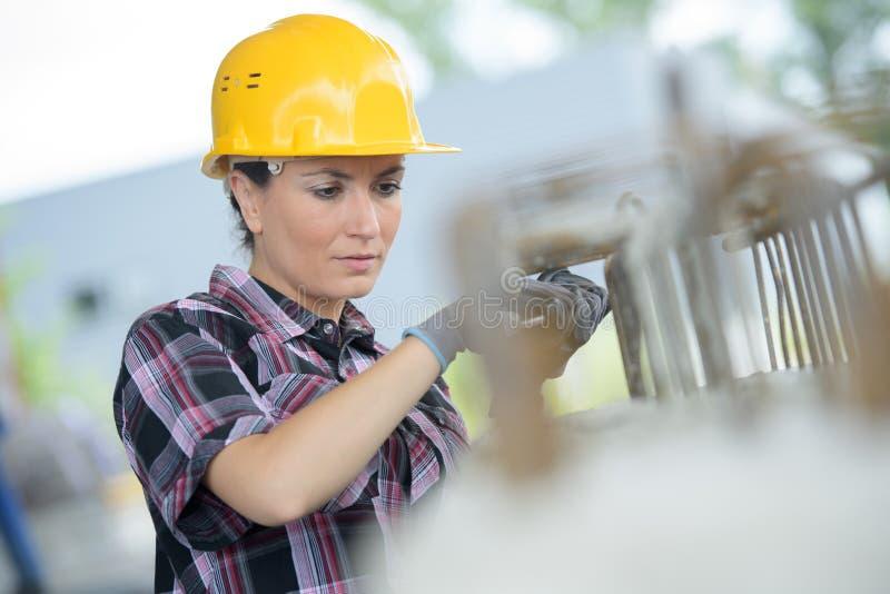 Fraueningenieur, der die schützende Arbeitskleidung - im Freien trägt lizenzfreie stockfotografie