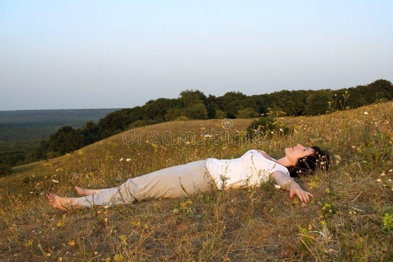 Fraueninteressen auf Yoga auf Sonnenuntergang des day.4. lizenzfreie stockfotografie