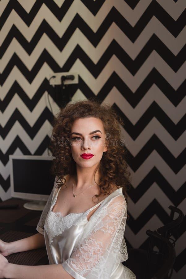 Frauenküchenporträtausgangsmorgen im schönen Mädchen des Bademantels lizenzfreie stockfotos