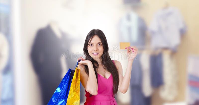 Frauenkaufen mit Kreditkarte lizenzfreies stockfoto