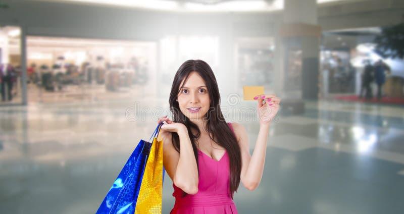 Frauenkaufen mit Kreditkarte lizenzfreie stockbilder