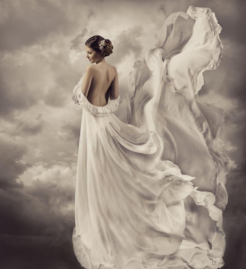 Frauenkleid, künstlerisches weißes Schlagkleid, wellenartig bewegendes a stockfotos