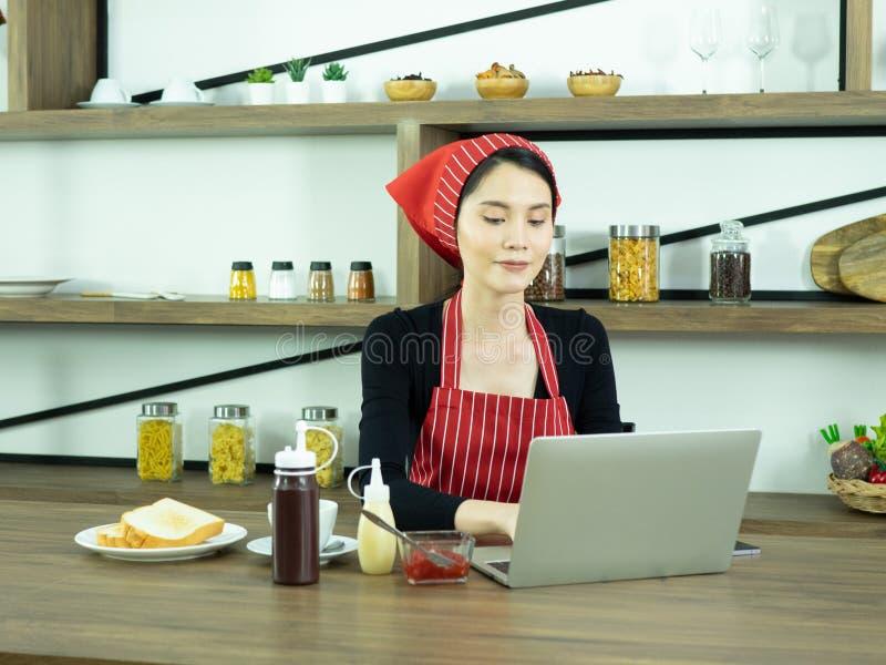 Frauenkoch und -arbeit lizenzfreie stockfotos