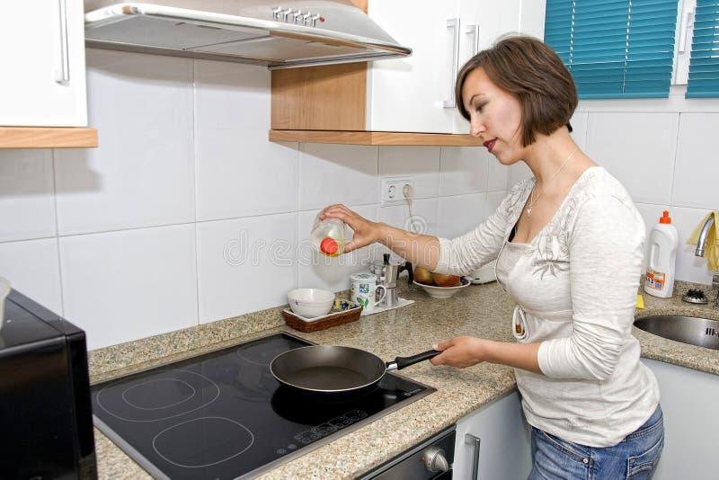 Frauenkochen lizenzfreie stockfotos