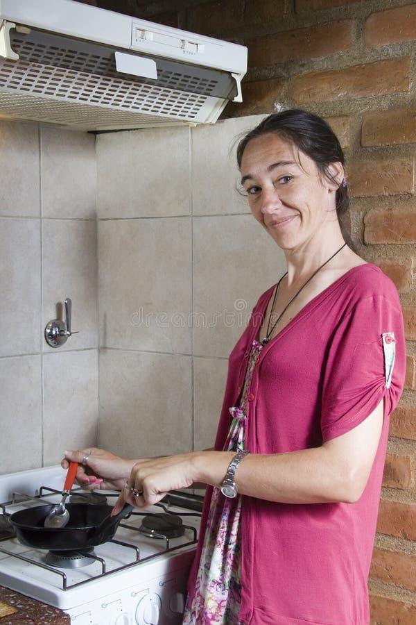 Frauenkochen lizenzfreies stockfoto