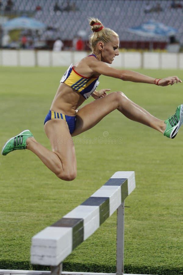Frauenkonkurrent bei 3000m Hindernisrennen lizenzfreie stockfotografie