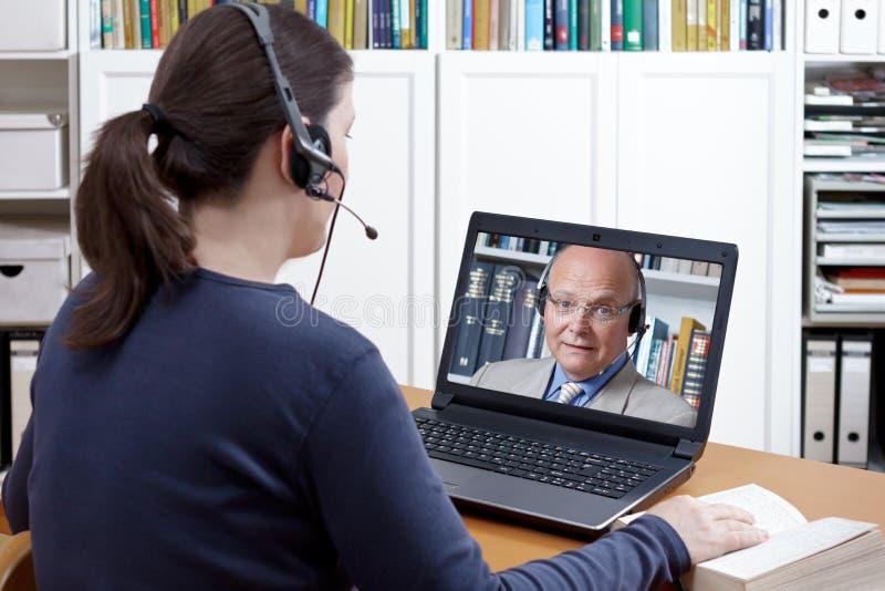 Frauenkopfhörervideoanruflehrer lizenzfreies stockfoto