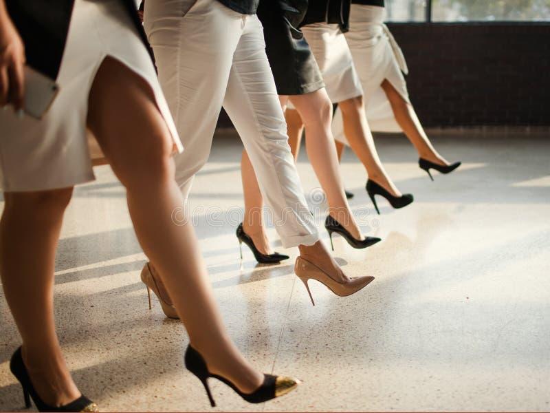 Frauenkraft berichtigt selbstbewusstes Konzept lizenzfreie stockfotografie