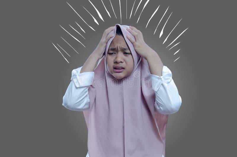 Frauenkranker des Asiaten betonte schwindliges Frauenleiden, Übelkeit, Kopfschmerzen, kranke Frau lizenzfreies stockbild