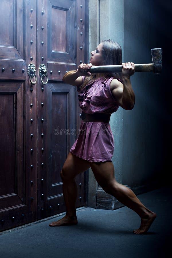 Frauenkrieger mit Axt lizenzfreies stockfoto