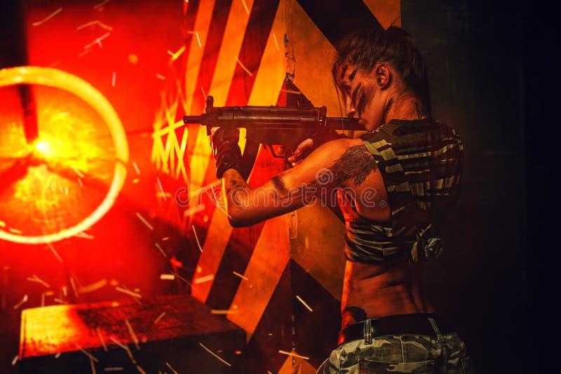 Frauenkrieger mit Gewehr stockfoto