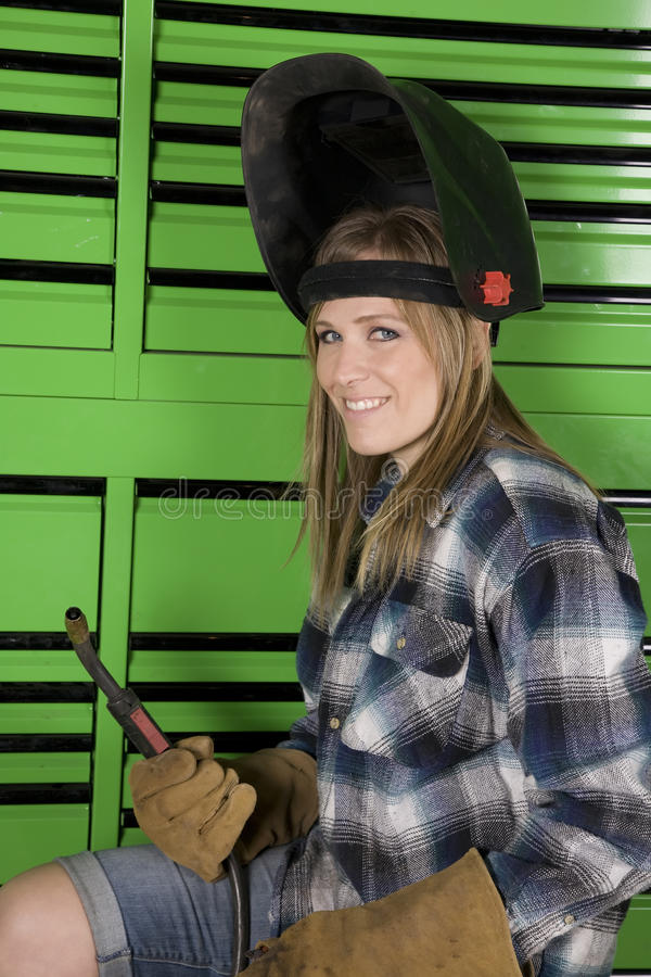 Frauenlächeln betriebsbereit zu schweissen stockbild