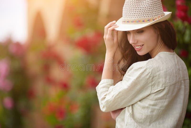 Frauenlächeln glücklich am sonnigen Sommer- oder Frühlingstag lizenzfreie stockbilder