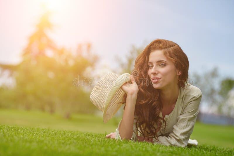 Frauenlächeln glücklich am sonnigen Sommer- oder Frühlingstag lizenzfreies stockfoto