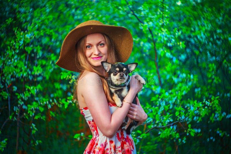 Frauenlächeln und glückliches lizenzfreie stockfotografie