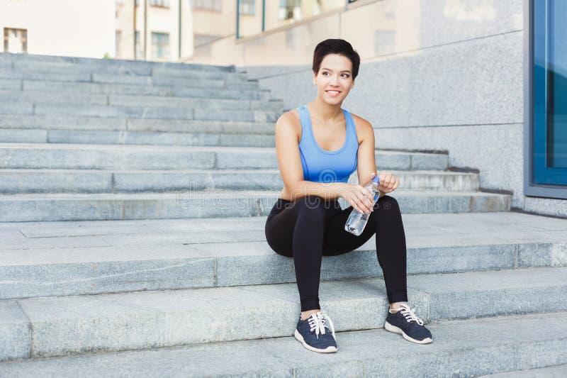 Frauenläufer hat Bruch, Trinkwasser lizenzfreie stockfotos