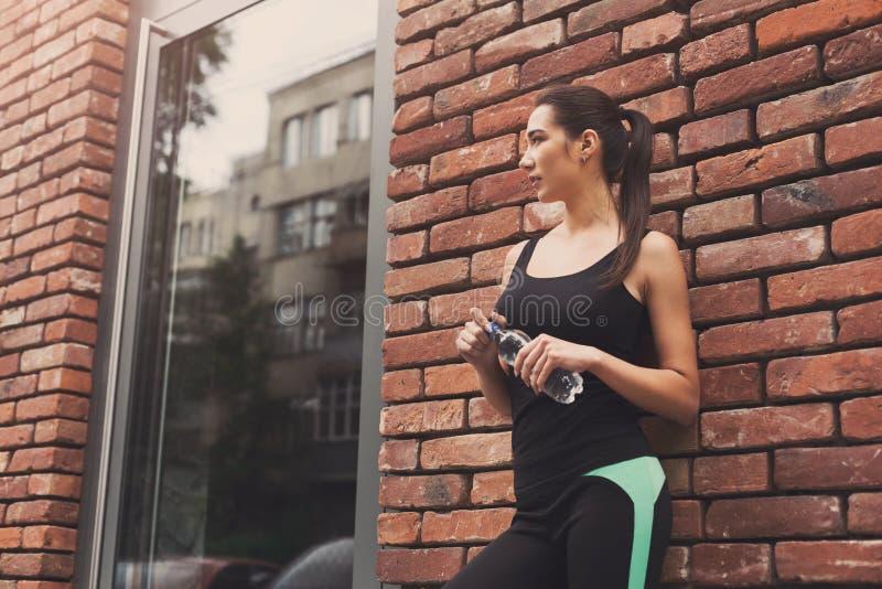 Frauenläufer hat Bruch, Trinkwasser stockfotografie