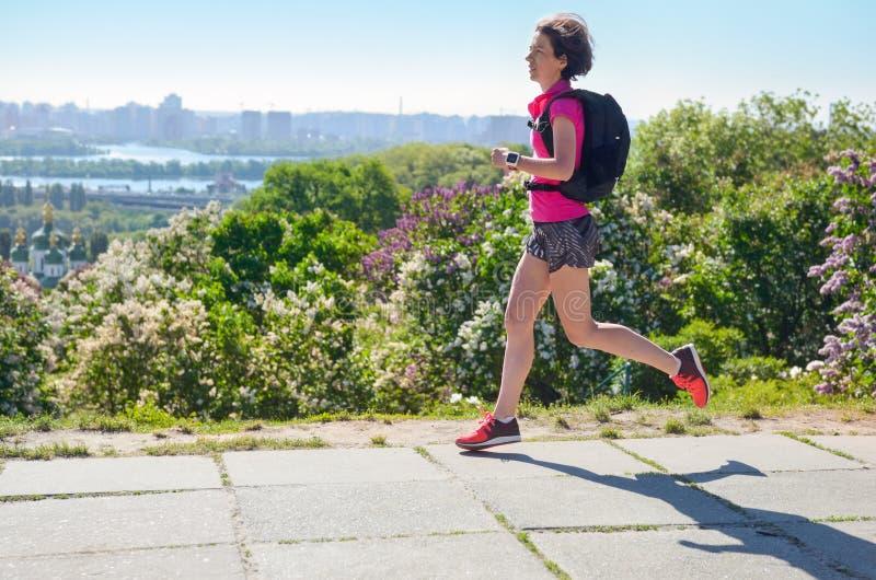 Frauenläuferlauf tauscht aus, um mit Rucksack, Stadtmorgenlaufdem austauschen und Eignungskonzept zu arbeiten lizenzfreie stockfotos