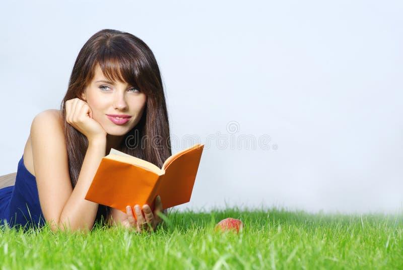 Frauenlagen auf grünem Feld lizenzfreies stockbild