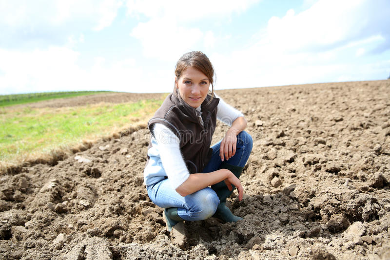 Frauenlandwirt in den fileds lizenzfreie stockfotos