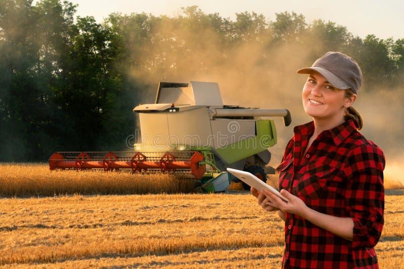 Frauenlandwirt steuert autonome Erntemaschine stockfotos