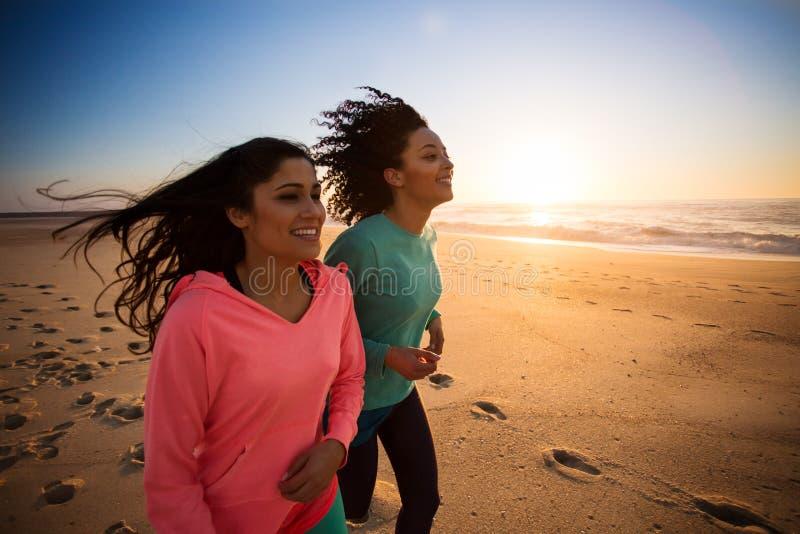 Frauenlaufen lizenzfreie stockfotos