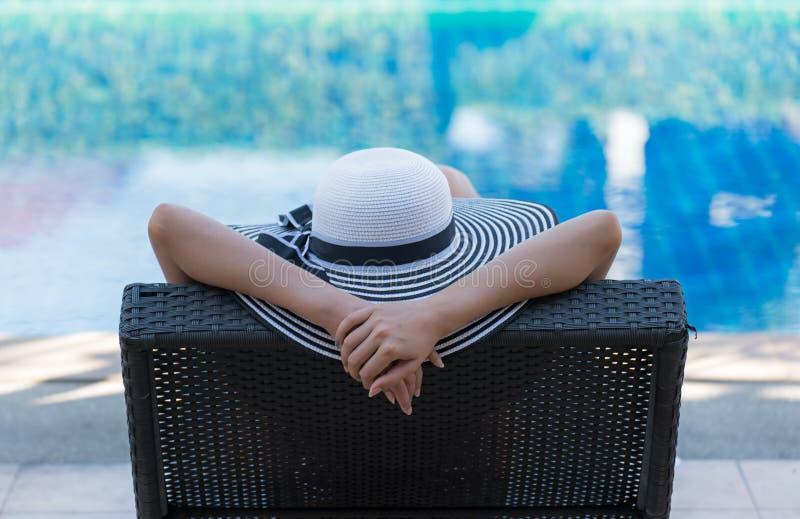 Frauenlebensstilentspannendes nahes Luxusswimmingpool sunbath, Sommertag am Strandurlaubsort im Hotel stockfoto