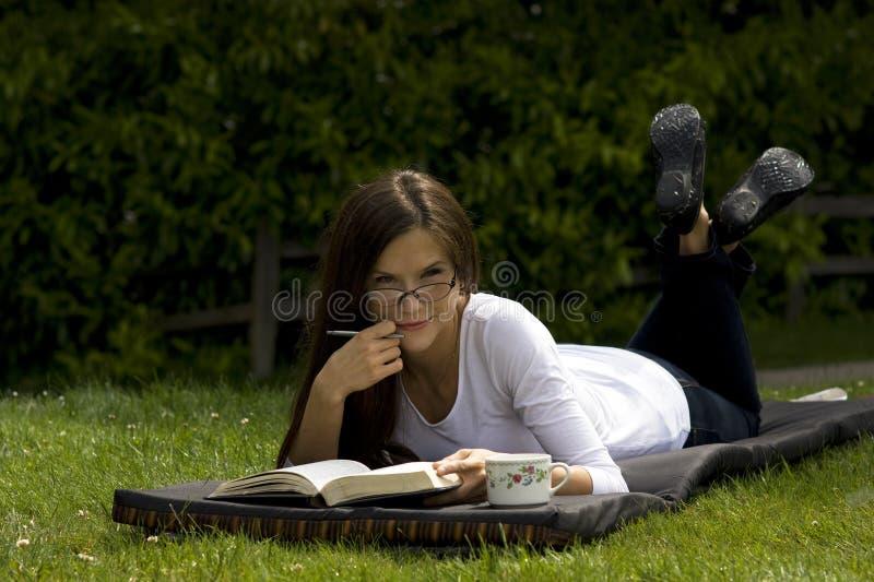 Frauenlesebuch im Park stockfoto