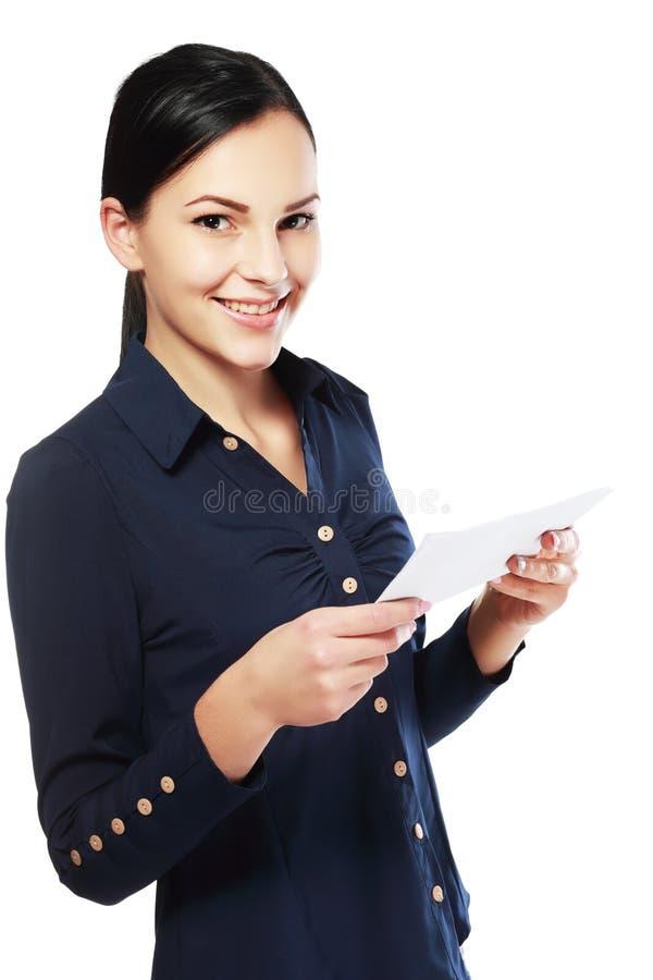 Frauenlesedokument lizenzfreie stockfotografie