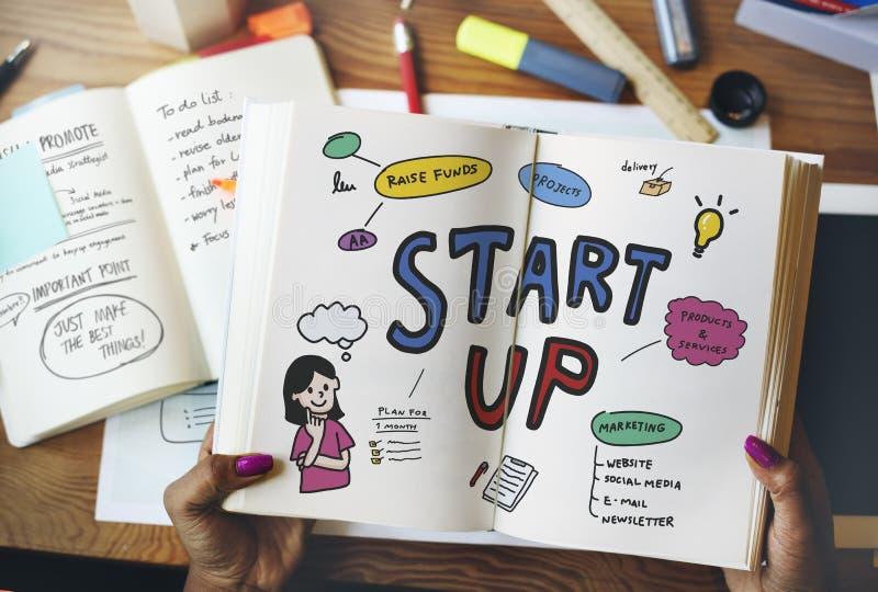 Frauenlesung über Anfangsoben Geschäft von einem Buch stockfotos